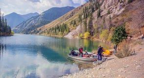 Pescatori su un lago della montagna Immagini Stock Libere da Diritti