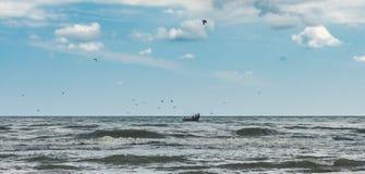 Pescatori su una barca in mare aperto Fotografie Stock Libere da Diritti