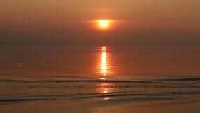 pescatori sulla barca che passa con il bello fondo di tramonto stock footage