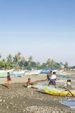 Pescatori sulla spiaggia a Dili Timor Est Immagini Stock