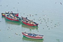Pescatori tradizionali sul lavoro, Marocco, da pesca dalle piccole barche di legno fotografie stock