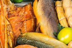 Pesce affumicato nel mercato immagine stock