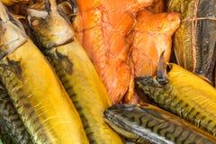 Pesce affumicato nel mercato fotografie stock