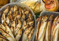 Pesce affumicato nel mercato fotografie stock libere da diritti