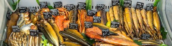 Pesce affumicato nel mercato fotografia stock