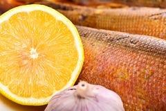 Pesce affumicato sulla fine del piatto su fotografie stock libere da diritti