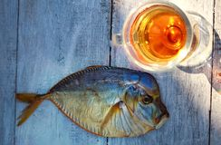 Pesce affumicato sulla tavola di legno, vomer, birra Immagine Stock