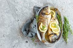 Pesce al forno Dorado Orata o pesce di dorada grigliato fotografie stock libere da diritti
