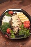Pesce al forno in stagnola su un vassoio Fotografia Stock Libera da Diritti