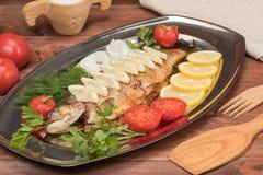 Pesce al forno in stagnola su un vassoio Immagini Stock Libere da Diritti