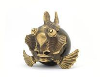 Pesce antico miniatura di pietra bronzeo su fondo bianco Fotografia Stock