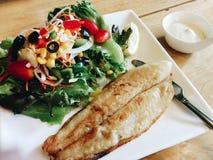 Pesce arrostito con insalata fresca Fotografia Stock