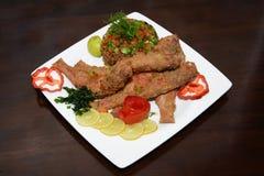 Pesce arrostito, con l'aperitivo in piatto bianco Fotografia Stock Libera da Diritti