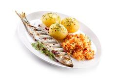 Pesce arrostito con le patate e l'insalata di verdure immagini stock