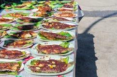 Pesce arrostito con salsa piccante sul piatto che vende in Ramadan Bazaar Kuala Lumpur immagini stock
