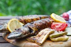 Pesce arrostito dello sgombro con il limone e le verdure Fotografie Stock Libere da Diritti
