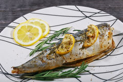 Pesce arrostito dello sgombro con il limone ed i rosmarini Immagini Stock
