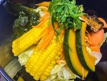 Pesce arrostito di saba dello sgombro (saengsungui di Godeungeo), alimento coreano di stile con la zucca, cereale, alga, carota e Fotografia Stock Libera da Diritti