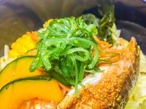 Pesce arrostito di saba dello sgombro (saengsungui di Godeungeo), alimento coreano di stile con la zucca, cereale, alga, carota e Fotografia Stock