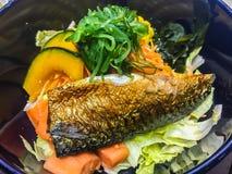 Pesce arrostito di saba dello sgombro (saengsungui di Godeungeo), alimento coreano di stile con la zucca, cereale, alga, carota e Immagini Stock Libere da Diritti