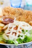 Pesce arrostito ed insalata fotografia stock