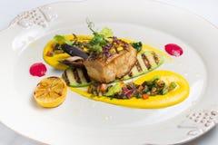 Pesce arrostito, sul piatto bianco Fotografia Stock