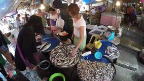 Pesce asiatico di acquisto della donna al mercato bagnato della stalla stock footage