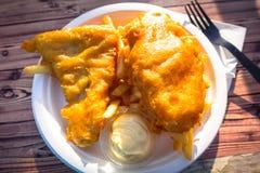 Pesce avariato fritto con le patate fritte fotografia stock