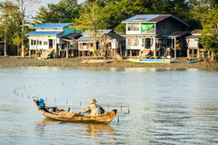 Pesce birmano del reticolato del pescatore in un fiume vicino a Rangoon 1 immagini stock libere da diritti