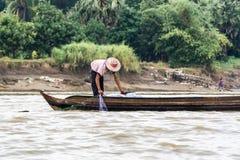 Pesce birmano del reticolato del pescatore in un fiume vicino a Rangoon 2 fotografie stock