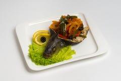 Pesce caldo del piatto su fondo bianco Fotografia Stock Libera da Diritti