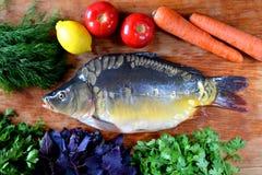 Pesce con gli ortaggi freschi e le erbe Immagini Stock Libere da Diritti