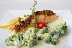 Pesce con i broccoli in salsa crema Immagine Stock Libera da Diritti