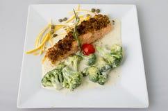 Pesce con i broccoli in salsa crema Immagini Stock