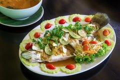Pesce cotto a vapore con l'alimento del limone Fotografia Stock Libera da Diritti