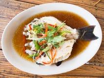 Pesce cotto a vapore con la salsa di soia Fotografia Stock