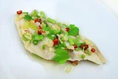 Pesce cotto a vapore servito con frutti di mare piccanti Immagini Stock