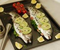 Pesce crudo. Preparazione sana della cena. Fotografia Stock Libera da Diritti
