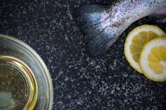 Pesce crudo su fondo scuro Fotografia Stock Libera da Diritti