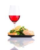 Pesce cucinato con Rose Wine di vetro su fondo bianco Immagini Stock Libere da Diritti