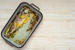 Pesce cucinato in pentola quadrata con lo spazio della copia Fotografie Stock