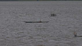 Pesce dei pescatori con le reti in ripari sul lago scuro video d archivio