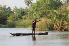 Pesce del fermo dei pescatori nel fiume Fotografia Stock