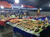 Pesce del mercato di notte dei frutti di mare del mercato della Malesia Sabah Kota Kinabalu Filipino immagini stock libere da diritti