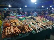 Pesce del mercato di notte dei frutti di mare del mercato della Malesia Sabah Kota Kinabalu Filipino fotografia stock