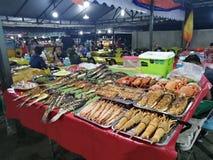 Pesce del mercato di notte dei frutti di mare del mercato della Malesia Sabah Kota Kinabalu Filipino fotografie stock