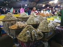 Pesce del mercato di notte dei frutti di mare del mercato della Malesia Sabah Kota Kinabalu Filipino fotografie stock libere da diritti