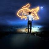 Pesce dell'oro del disegno dell'uomo d'affari Fotografie Stock Libere da Diritti