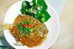 Pesce della leccia con gusto caldo e piccante piccante del curry per il fondo locale dell'alimento Fotografia Stock