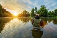 Pesce di caccia del pescatore di sport Pesca all'aperto nel fiume immagine stock libera da diritti